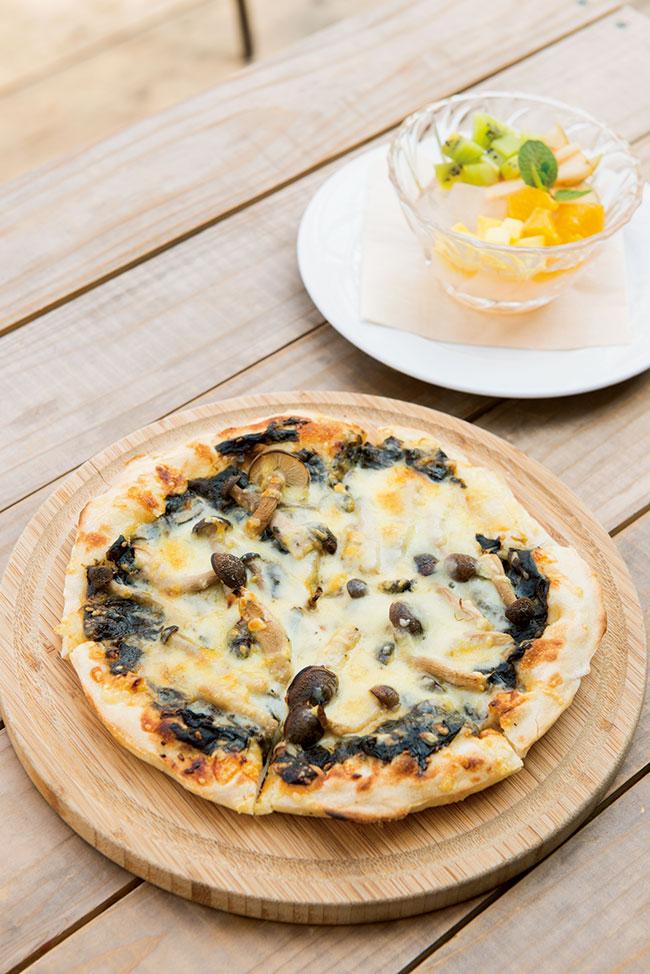 もっちり生地に自家製塩蔵ワカメとしめじをのせた「わかめのピザ」¥1,250。てんぐさを加工して作った自家製寒天にフルーツを合わせた「てんぐさゼリー」¥500。岸 将治シェフのベースはフレンチだが、カテゴリーにこだわらず、その日にある食材をいちばんおいしい方法で調理している。