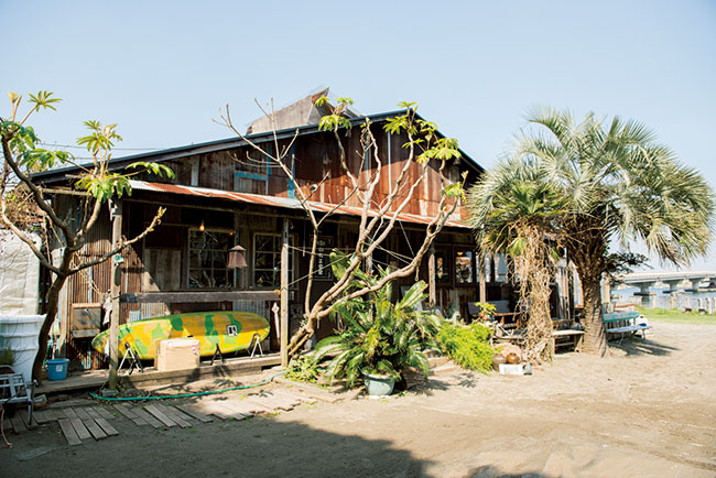 緑に囲まれ、広々とした一軒家。どこか遠い外国の海辺に来たかのよう。