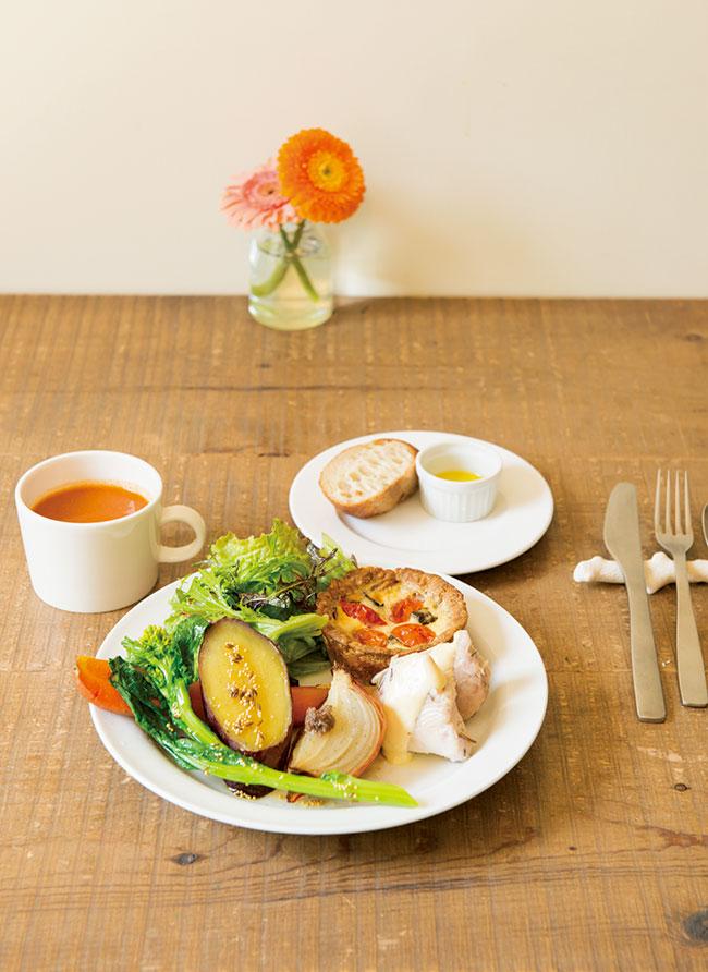 地元の農家の野菜のスローベイクや三崎のマグロのコンフィ(またはベーコン)、近隣の名店「ブレドール」のバゲットなどを盛り合わせた「TODAY'S PLATE」(¥1,200)のほか、カレーや週末のみのラザニアも人気。