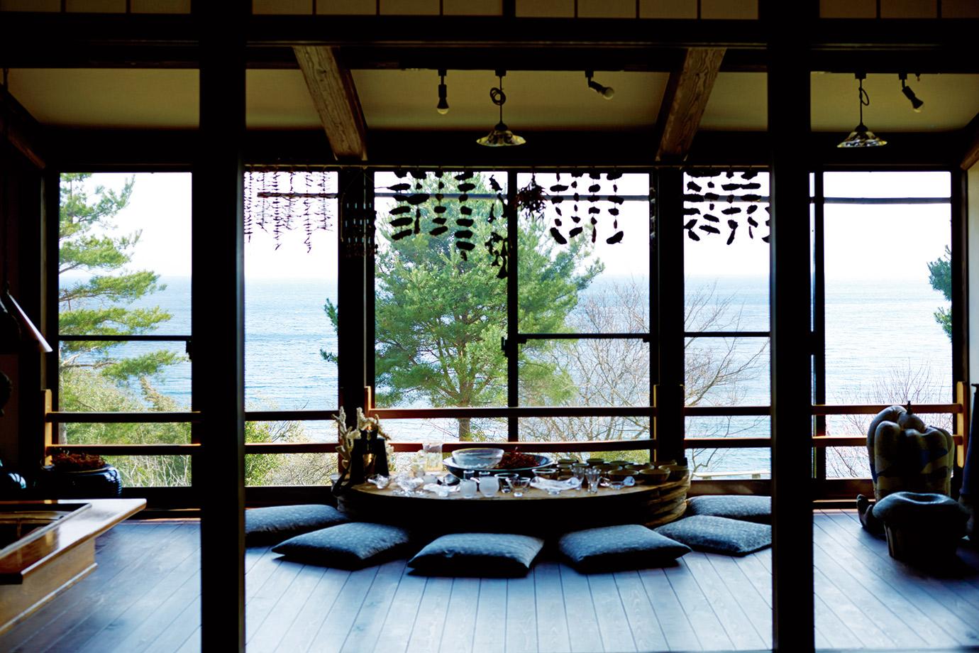 大広間は、大きな窓から富山湾を一望できる。能登で活動している職人たちの作品などを展示している。購入可。