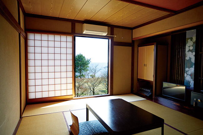 客室は10畳の和室。一室のみ檜風呂付きのお部屋が。(1人1泊2食付¥16,500)