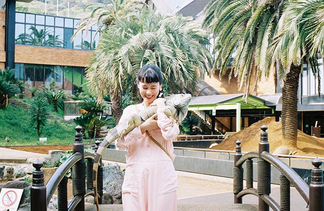 イグアナを抱っこして中庭をお散歩。