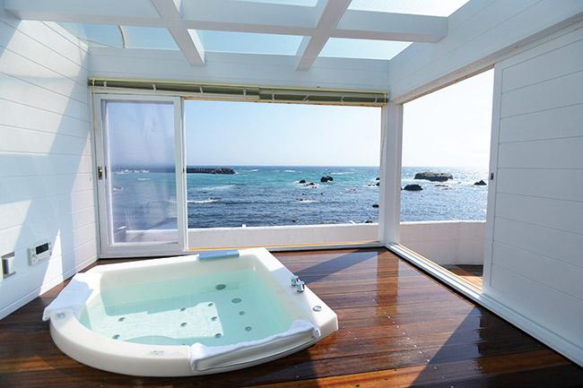 窓を全開すれば半露天。シャンパンを片手に海と星空を満喫。