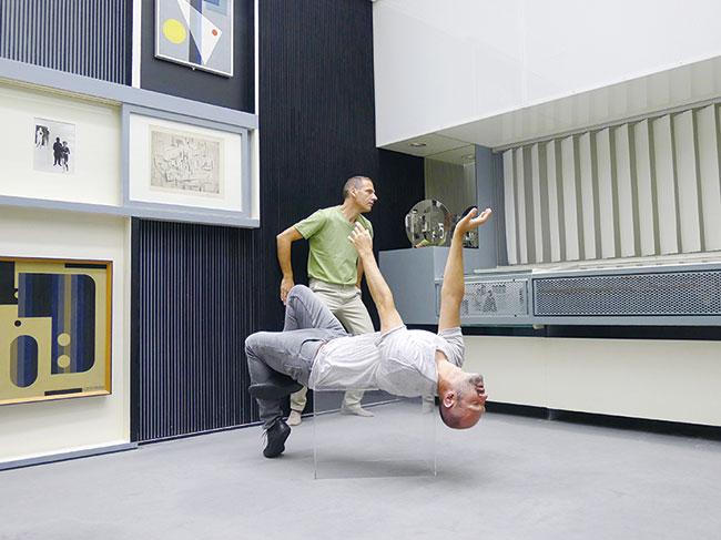 プリンツ・ゴラム『火災、あるいは夜の革命』2012年 シュプレンゲル美術館「抽象の部屋」でのパフォーマンス ©Prinz Gholam