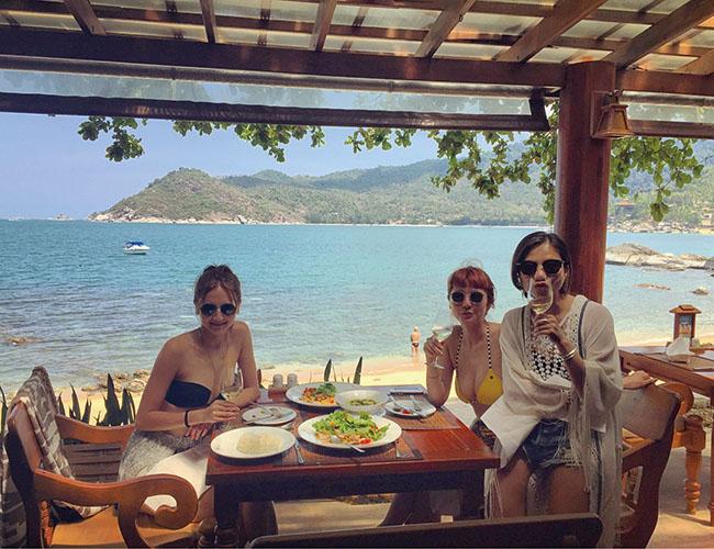 旅先での食事は友達と賑やかに。開放的なムードで楽しさも倍増!