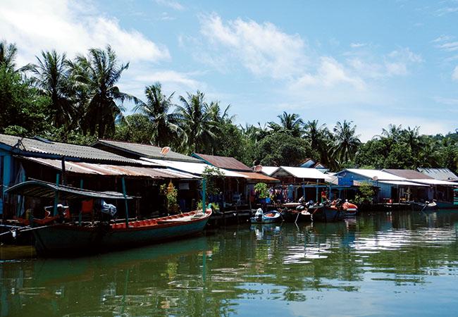 北東部の河口に築かれた水上ビレッジ、プレック・サバイ村。網の手入れをする漁師や、料理をする女性、店先で遊ぶ子どもなど、素朴な島の暮らしが垣間見られる