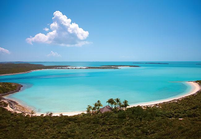 エグズーマ沖、カッパーフィールド湾に浮かぶ11の島々(700エーカー以上)を1組のゲストで占有。