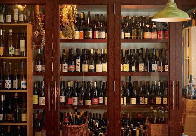 セラーには、約1,000本の自然派ワインをストック。