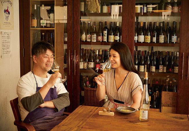 オルガンの紺野真さんと鈴木純子さん。お店に遊びに行くと、閉店後にそのまま、ワインについて語り合うこともよくあるのだそう。