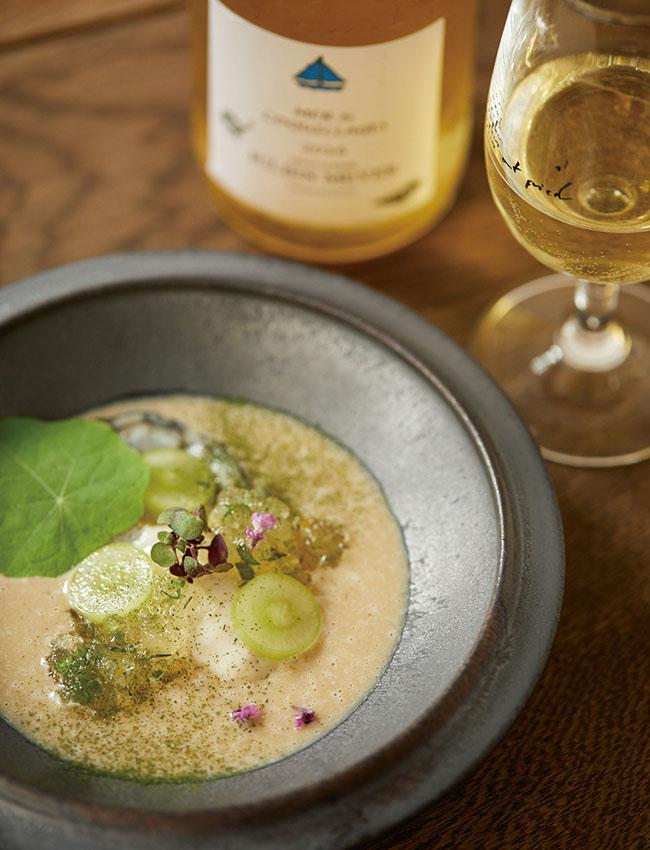 アルザス地方のドメーヌ・ジュリアン・メイエー。「海と貝」と名付けられたこのワイン(時価)は、どこか塩味を感じる個性的な味わい。合わせるのは、生牡蠣をメインにした料理(¥1,500)。このワインから作ったジュレと、ぶどうと牡蠣のソースを一緒に味わうと、ワインと料理が一続きの物語になる。