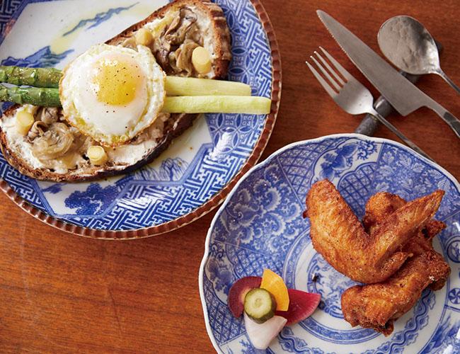 旬のアスパラガスと目玉焼きのオープンサンド(¥1,500より)。手羽ともも肉のフライドチキン(¥650)。