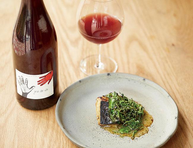 「Kabi」では、魚料理にも醤油や味噌、炭火を使った調理も行うので、基本的には赤ワインを合わせる。熟成した鰆に味噌、炭火でグリルしたケールを添えた一皿には、出汁のような旨味があるフランソワ・デュム「ヴァン・ド・フランス・ルージュ・ジュ・ド・ヴァン」を。