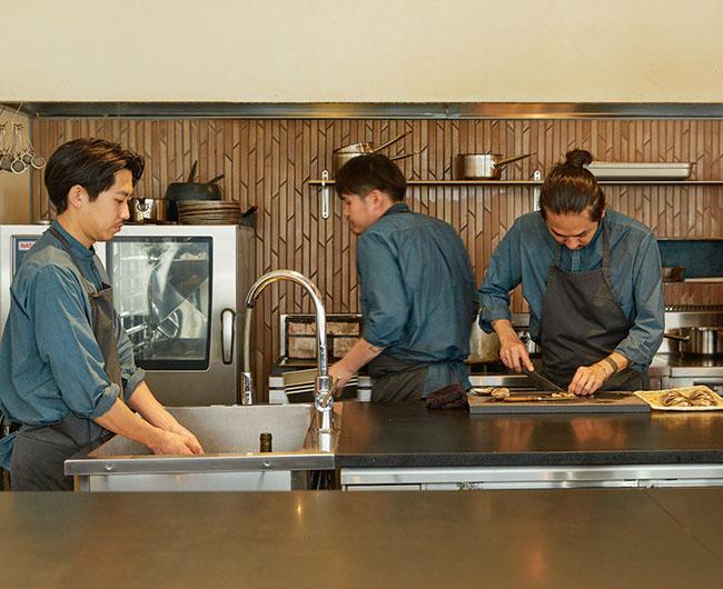 左はソムリエの江本賢太郎氏。右がシェフの安田翔平氏。