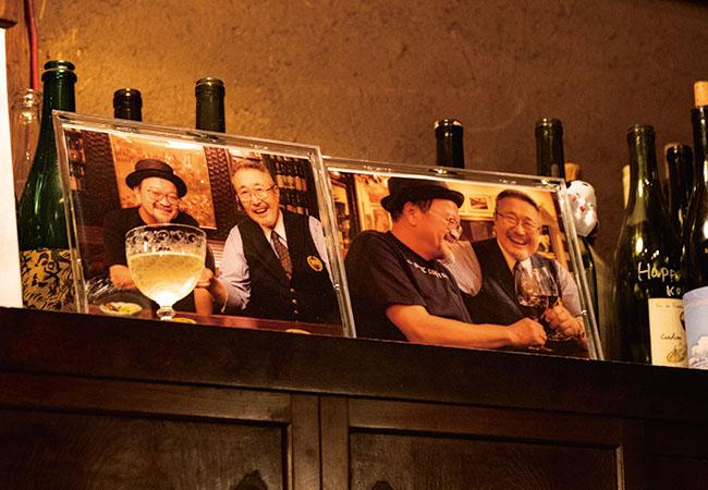 店内には、先日逝去された「祥瑞」の勝山晋作さんの写真が。日本の自然派ワインを牽引した勝山さんは、大将と女将とも深い親交があった。