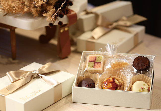 「ラ・フェット」¥1,380。人気のお祝い菓子をミニサイズにして詰め合わせたギフトボックス。バッテンバーグケーキ、半生チョコクッキー、半生ホワイトチョコクッキー、ポルボロン、そしてピュイダムール(飾りの飴は別添え)のスペシャリテ5種。