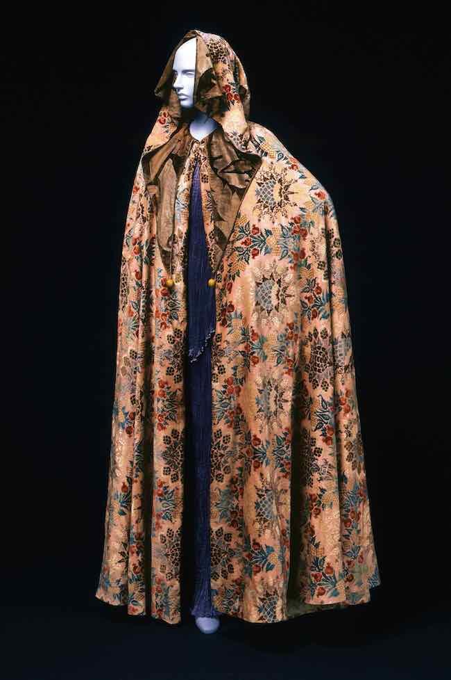 マリアノ・フォルチュニ『フード付きケープ』(1930年代)神戸ファッション美術館
