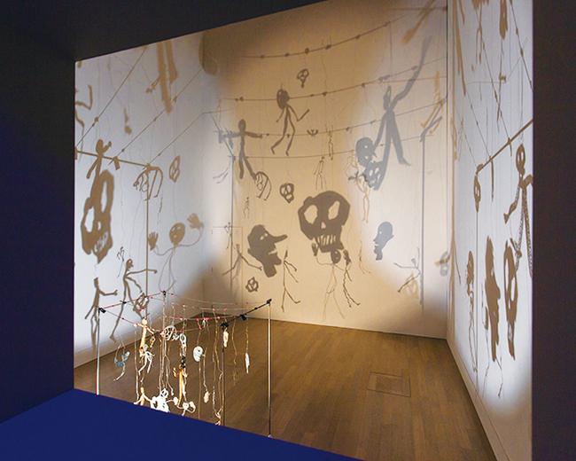 《影》1986年 提供:朝日新聞社/撮影:山本倫子「クリスチャン・ボルタン スキー ―Lifetime」展 2019年 国立新美術館展示風景