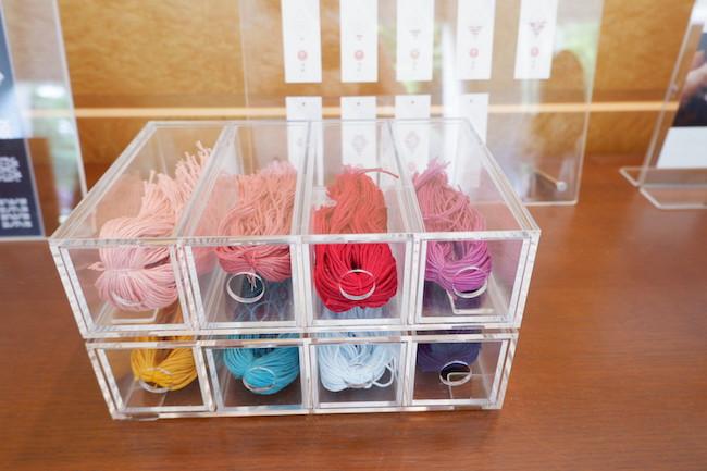 たくさんある糸から好きな色を選べます。