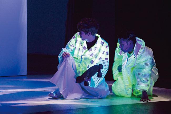 藤田貴大(マームとジプシー)演出の舞台作品『CITY』より。 2019年 主演:柳楽優弥 衣装:ANREALAGE(森永邦彦) Photo: 井上佐由紀
