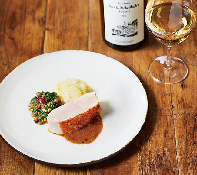低温でしっとり仕上げた鶏胸肉に、フレッシュズッキーニとアルゼンチンのソース「チミチュリ」を添えて(ディナーコース¥7,000)。サヴァニャン種から造られたジュラ地方のナチュラルワイン「スーラロッシェ・マルドゥル 2015 トマ・ポピー」(¥10,000〜)と一緒に/Sans Déconner