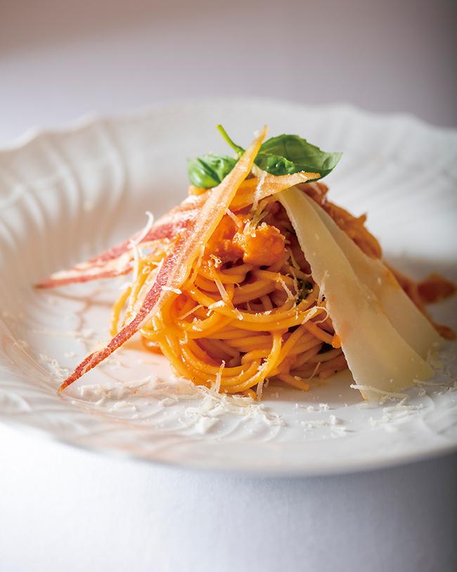 ワゴンでソースを作る「サバティーニ風スパゲティ」(¥3,000)。トマトとパンツェッタ、卵黄のリッチな一皿。