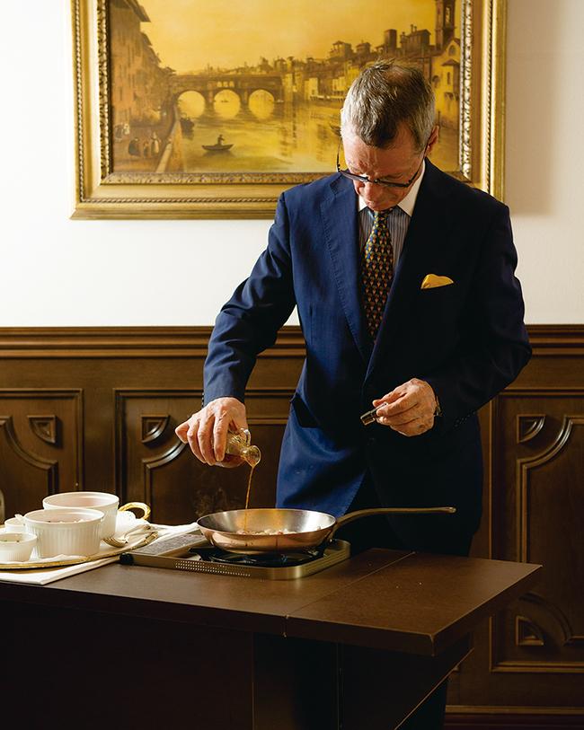 フィレンツェ本店から来日して30年余りメートルドテルを務める、トンバさん。