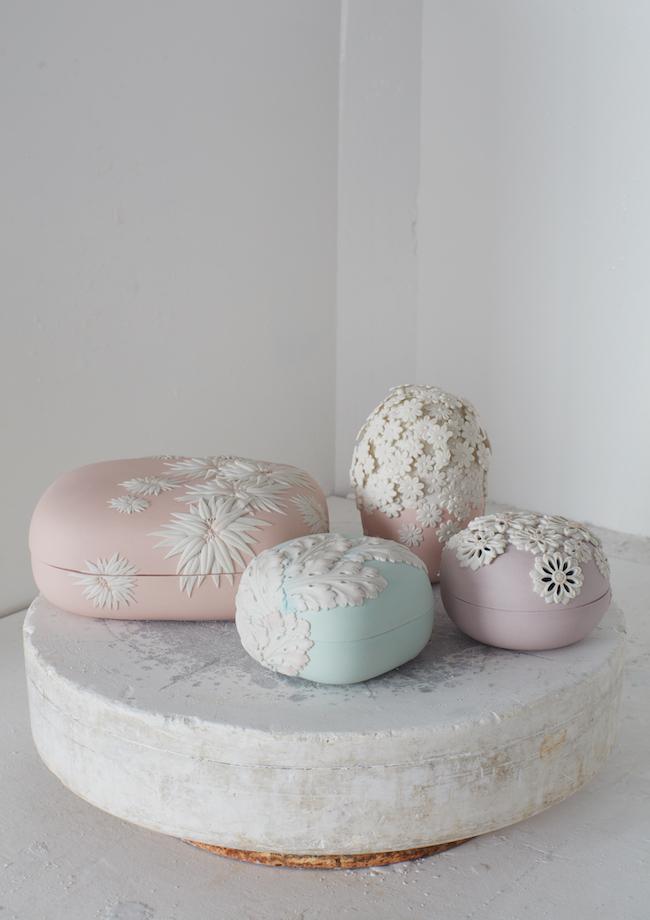 <左奥>海辺の小石に着想を得た丸みを帯びた長方形のボックスに桜の葉のモチーフを施した「Shunko (春光)」世界限定5ピース ¥700,000 <他3点>和菓子に合わせることをイメージしてデザインされた「Sansai (三彩)セット」世界限定10セット¥500,000