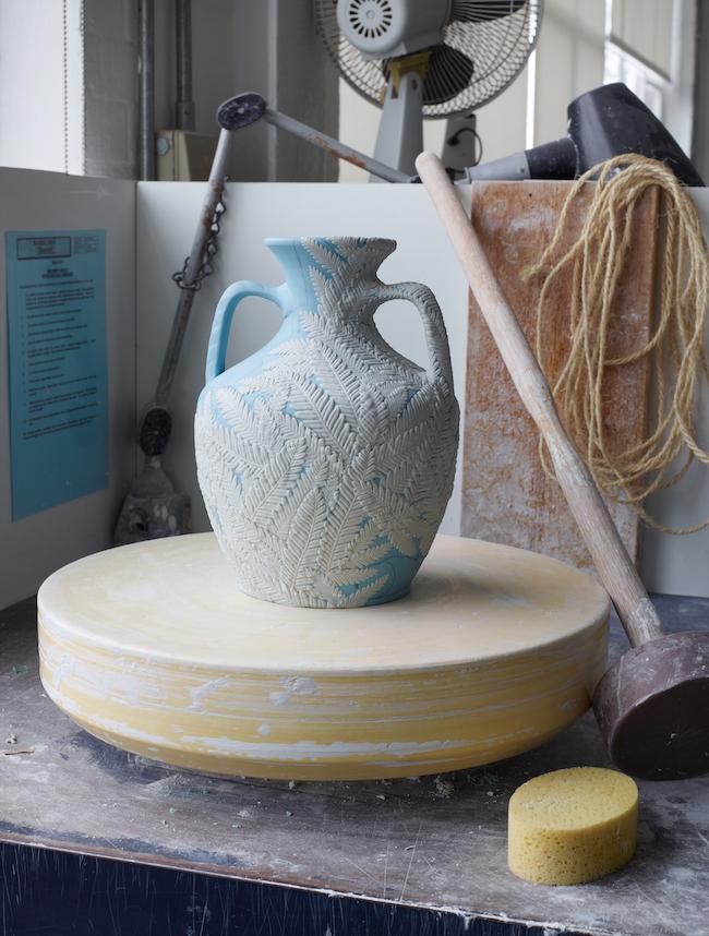 ウェッジウッドのアイコン「ポートランド ベース」にシダの葉のモチーフをふんだんかつ繊細にあしらった。「Shōka (昇華) Vase」世界限定5ピース¥1,700,000