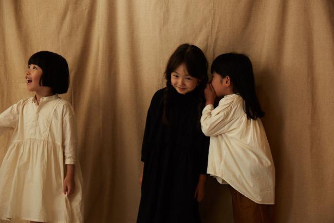 ドレス 各¥18,000 ブラウス ¥14,800/すべてsuzuki takayuki(tel:03-5846-9114)