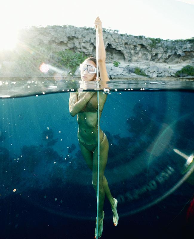 水中の撮影で美しく見えるように始めたフリーダイビング。ロープを使って海中に潜っていく。