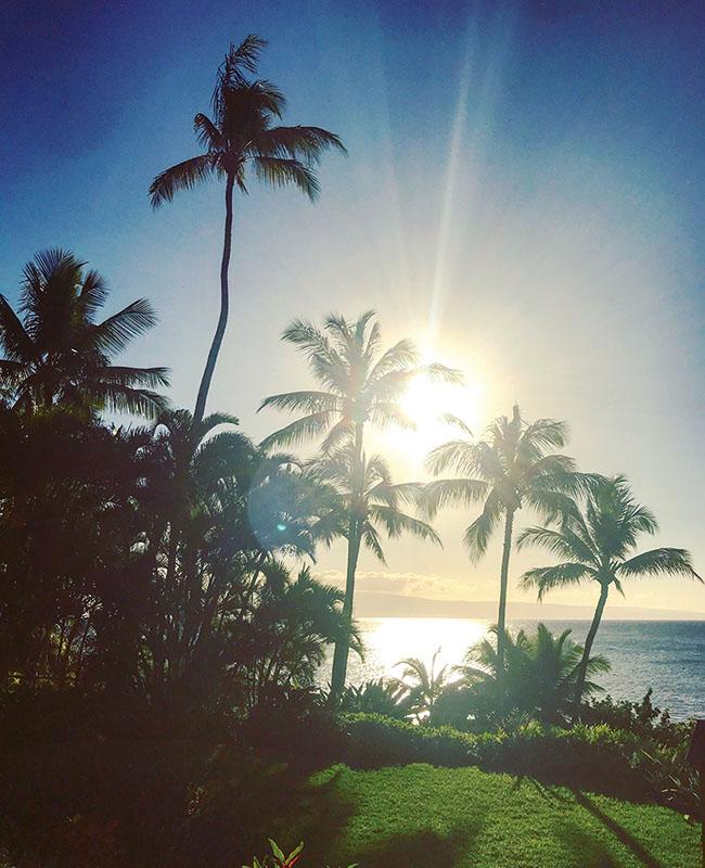 ハワイのマウイ島で朝日を撮影。