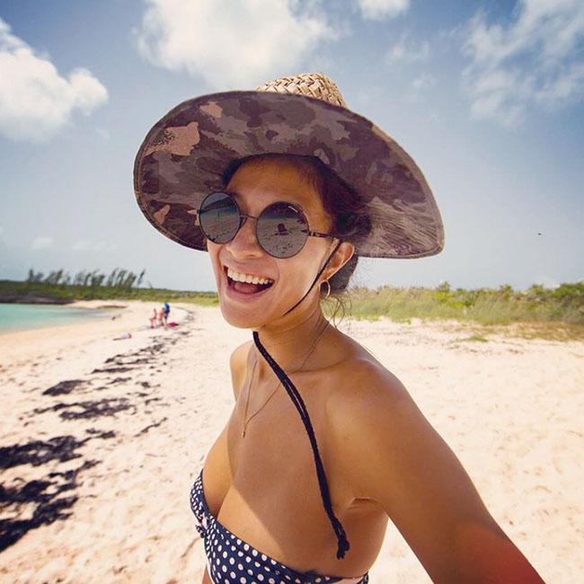 ビーチでは大きなつば付きの帽子が必需品。水着は脱げにくいROXYが定番で、サーフィンをするときも愛用中。