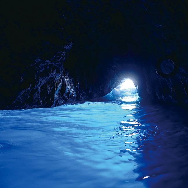 手を浸して美しさを実感した、カプリ島にある青の洞窟。
