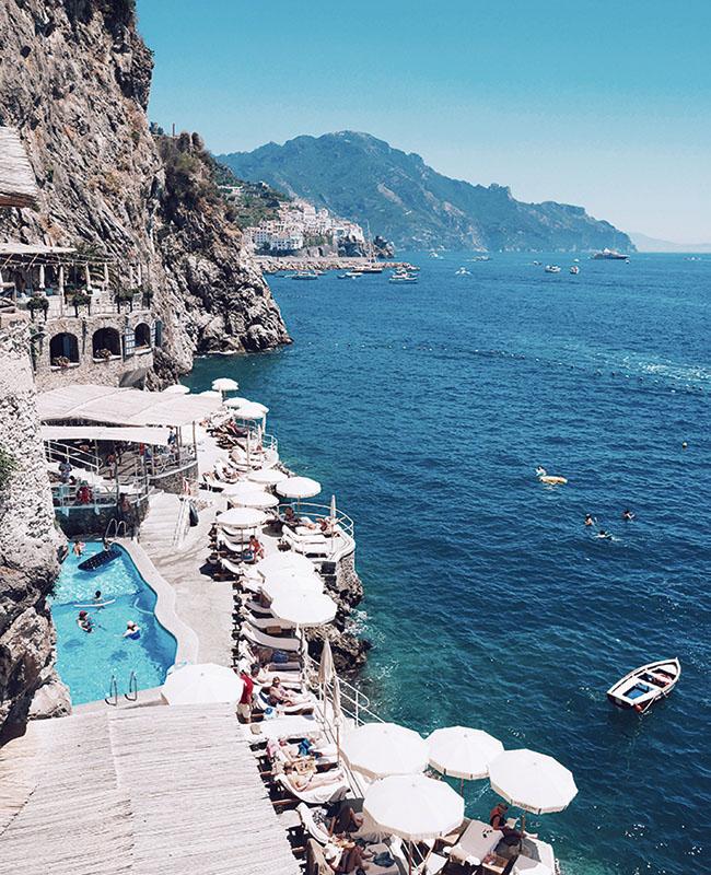 イタリアのリゾート地であるポジターノ、アマルフィの海辺の様子を撮影。