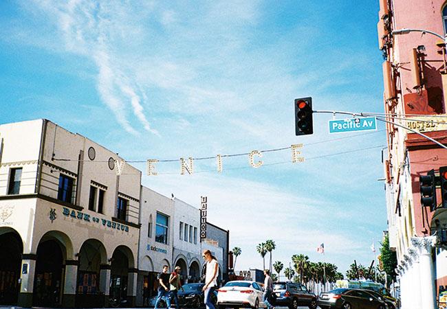 Pacific Aveの様子。カラフルな建物が立ち並ぶ。