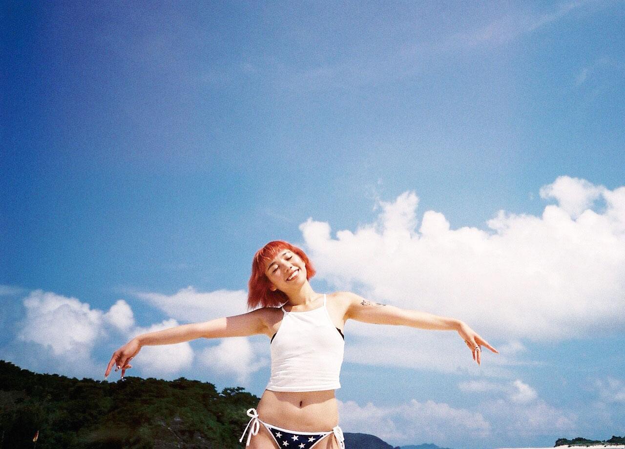 ファッションも海と空の色からインスパイア。