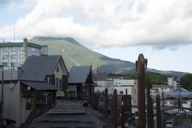 阿寒湖アイヌコタンより、雄阿寒岳を望む。 Photo: Tomoaki Okuyama