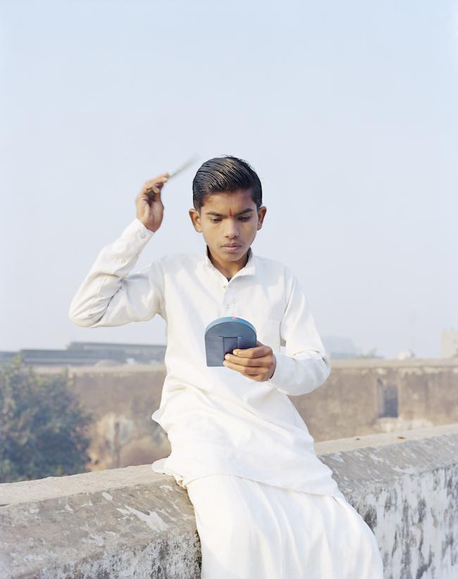 『Rama Combing His Hair, Ayodhya, India, 2015』 ©Vasantha Yogananthan