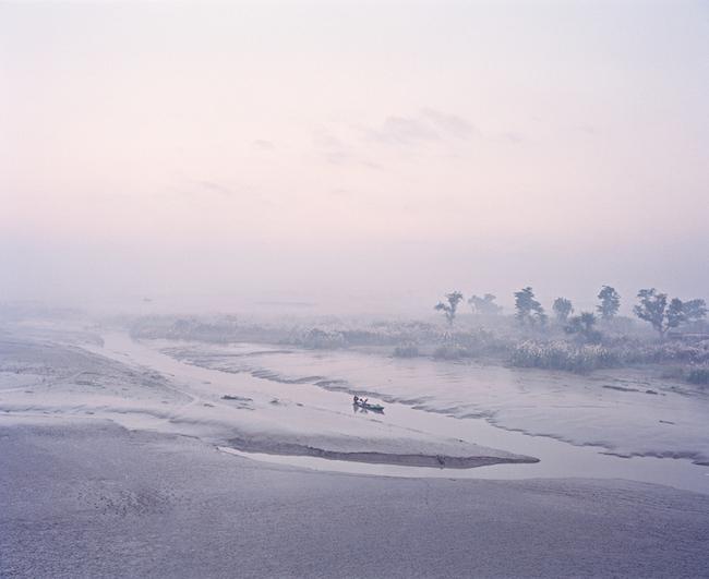 第3章の和紙にプリントした作品より『The Crossing, Madhubani, India, 2014』 ©Vasantha Yogananthan