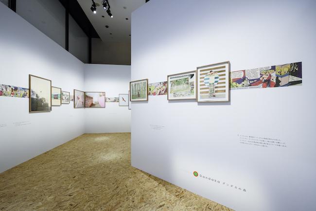 展示風景より第4章、子ども時代に親しんだ「ラーマーヤナ」のコミック作品と写真を並べた空間の様子。 ©CHANEL NEXUS HALL