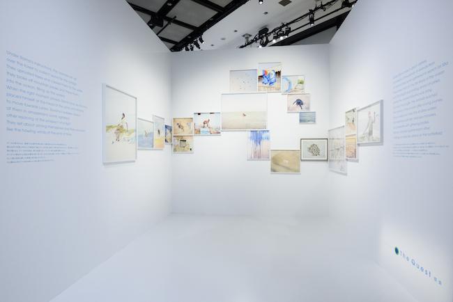 展示風景より第5章、葛飾北斎の波の絵にインスピレーションを得て構成したという一角。 ©CHANEL NEXUS HALL