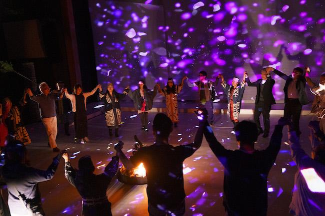 『ロストカムイ』より、演者と観客が手を取り合って踊る。 Photo: Tomoaki Okuyama