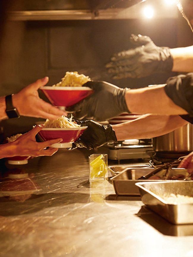 """厨房からお客さまへ、""""最高の一杯""""を目と目を合わせて手渡しで。"""