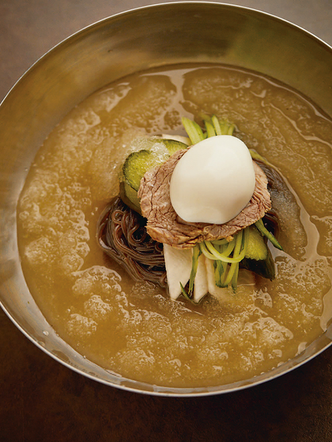そば粉と葛粉を使ったコシのある冷麺に、半分凍ったみぞれ状の牛骨スープが絡む「葛冷麺」(¥1,200)。コクのあるスープに、きゅうりと大根のピクルスがアクセント。