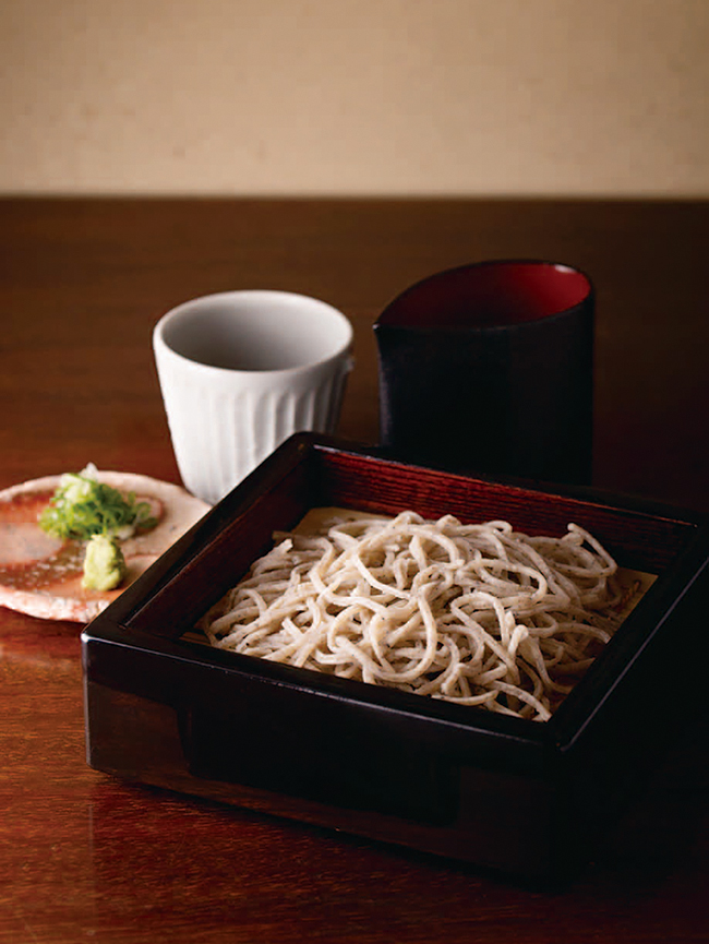 香り豊かな「粗挽きせいろ」(¥1,000)。鰹ベースの蕎麦つゆにくぐらせても蕎麦の味がしっかり。