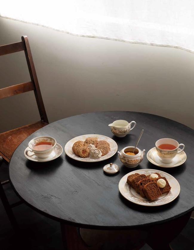プレート 直径20cm 各¥20,000 (右)カップ&ソーサー「リー」 ¥25,000 (左)ティーカップ&ソーサー「ピオニー」 ¥28,000 クリーム&シュガー ¥50,000(すべて裏面に特別仕様のスタンプ付き)/Wedgwood(ウェッジウッド)