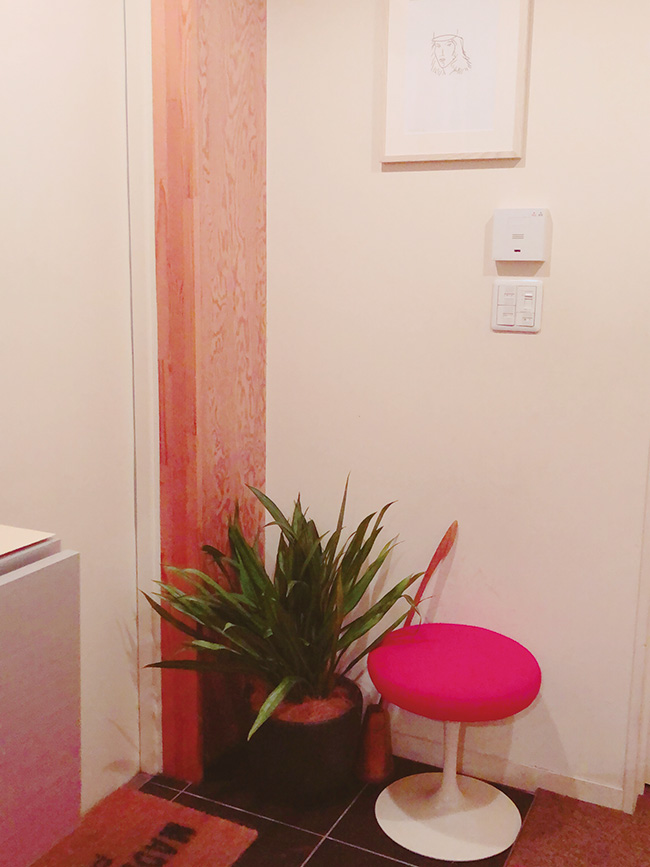 玄関先にはアグラオネマを。アレックス・カッツのエッチングとユーロ・サーリネンの椅子との相性は抜群です。