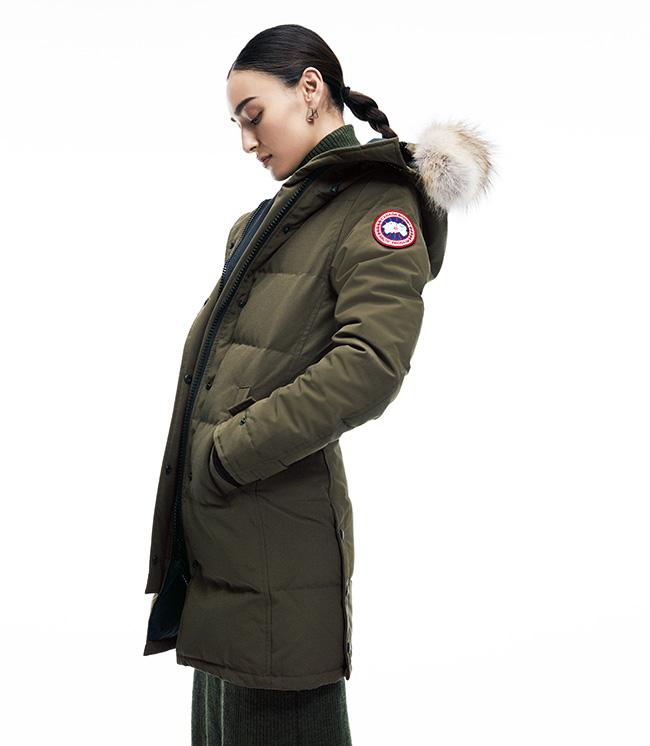 「MACKENZIE PARKA」ダウンコート¥115,000/Canada Goose(カナダグース) ニットドレス¥29,000/Nagonstans(ナゴンスタンス) ピアス¥24,000/Modern Weaving(デミルクス ビームス 新宿)