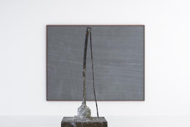 サイ・トゥオンブリー 手前:『無題』(1990年)、奥:『無題』(1968年)DIC 川村記念美術館蔵 © Cy Twombly Foundation, 2019