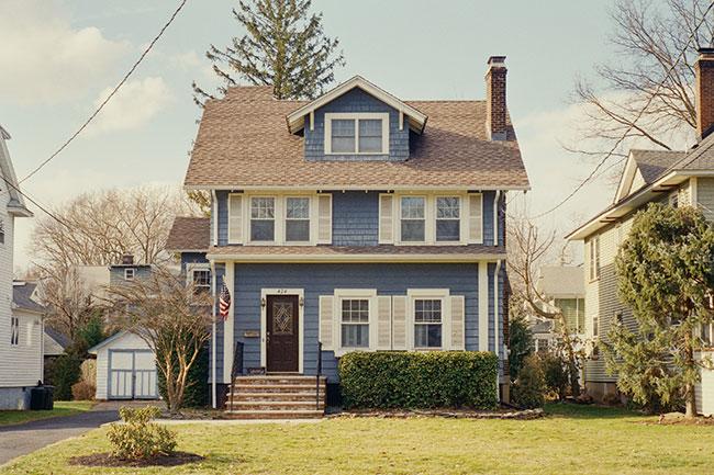 ニューヨーク近郊を訪れ、子ども時代に遊んだドールハウスを思わせるデザインの家々を撮影したシリーズ『Deja vu』より。©Sayuri Ichida